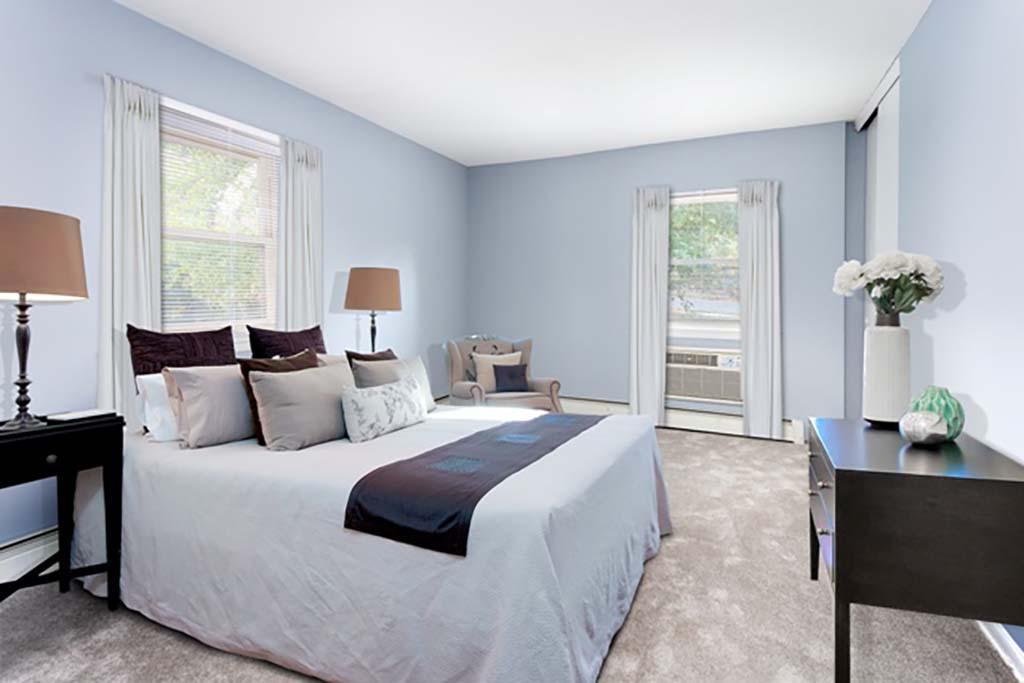 布罗姆利bbin出租一间带床和开放窗户的卧室