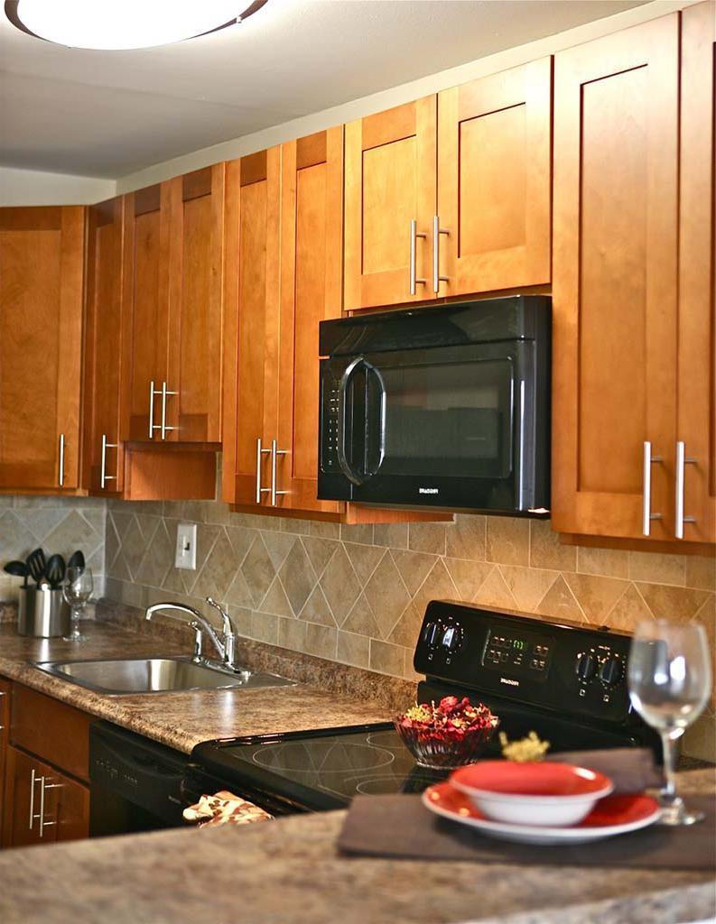 Chelboune Plazabbin出租的厨房,有烤箱、水槽和酒杯