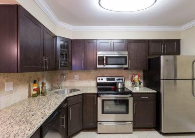 宾夕法尼亚州亨廷顿谷(Huntington Valley)的Meadowbrookbbin出租,带有花岗岩台面的厨房
