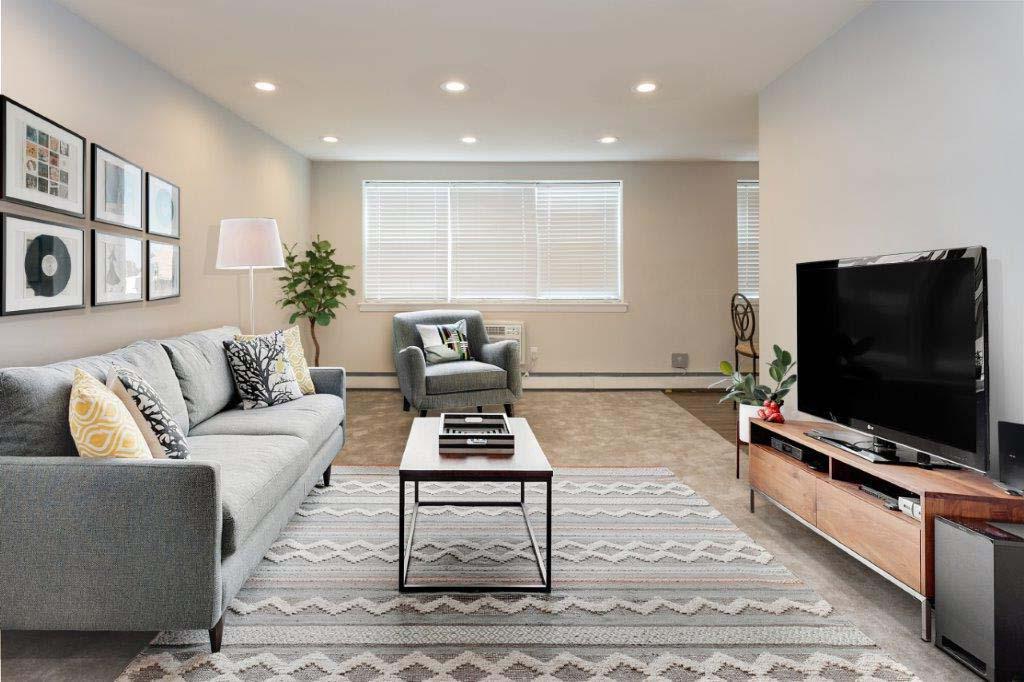 宾夕法尼亚州费城太通风的地方bbin的客厅,有沙发,椅子和电视