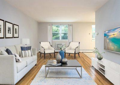 客厅里有沙发, 两把椅子, 奥尔尼广场有台电视,费城有bbin出租, PA