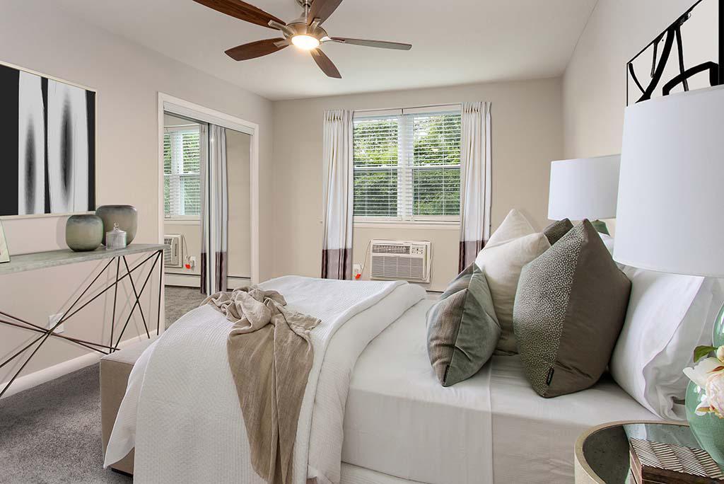 Rosedale法院bbin出租,卧室家具齐全,有吊扇和敞开的窗户