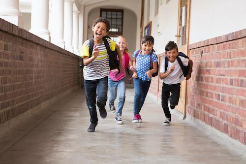 可爱的小学生在走廊里奔跑