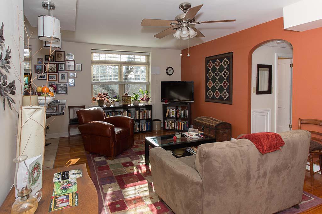 用沙发装饰客厅, 椅子, 和电视在Sedgwick花园bbin在费城出租, PA