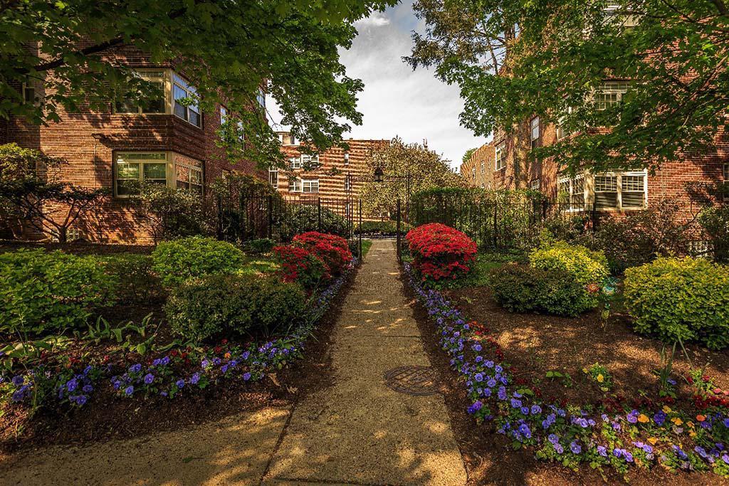 塞奇威克花园bbin出租,美丽的景观入口被鲜花包围