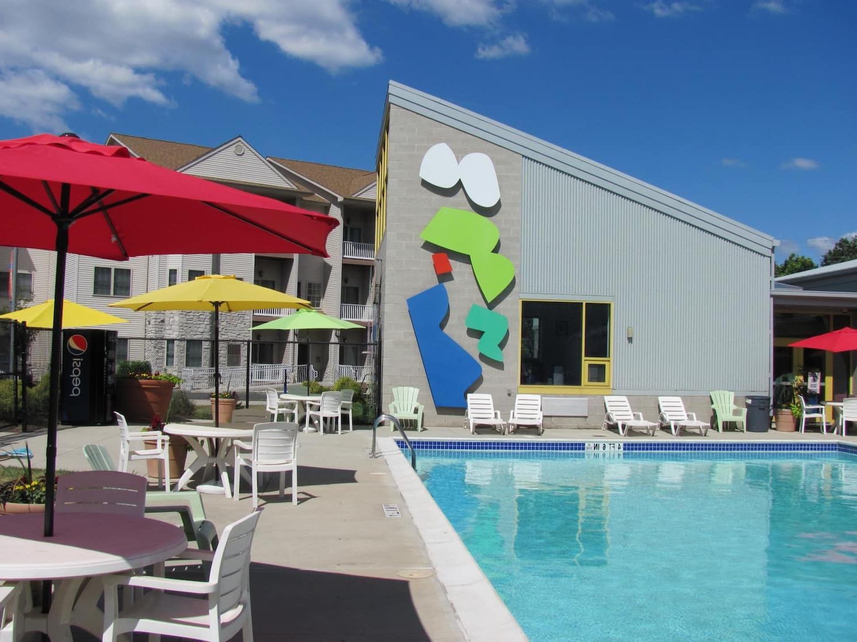 户外游泳池,躺椅和雨伞在帕克公园的飞地bbin出租