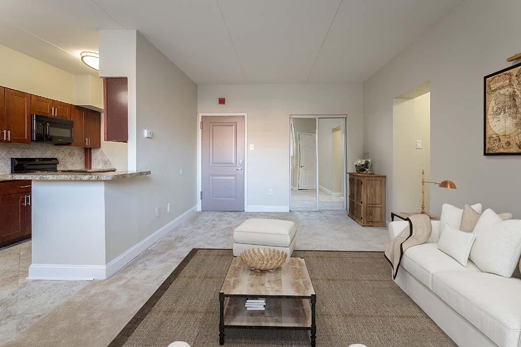 带沙发和桌子的客厅在帕克公园的门户塔bbin出租