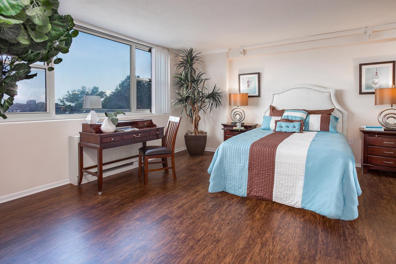 宾夕法尼亚州费城约克豪斯bbin出租,床上有书桌和敞开的窗户