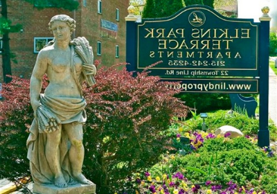 在Elkins Park, PA的Elkins公园露台bbin入口处的雕像