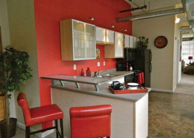 俄亥俄州代顿圣克莱尔阁楼bbin的厨房,红色的墙壁和椅子