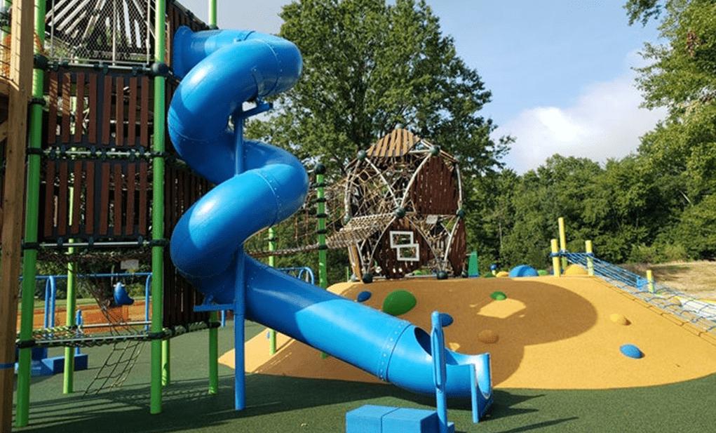 美国宾夕法尼亚州沃灵顿的狮子骄傲公园里有一个蓝色滑梯的游乐场