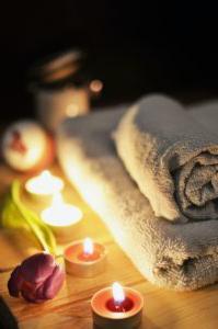 温泉蜡烛旁边的玫瑰