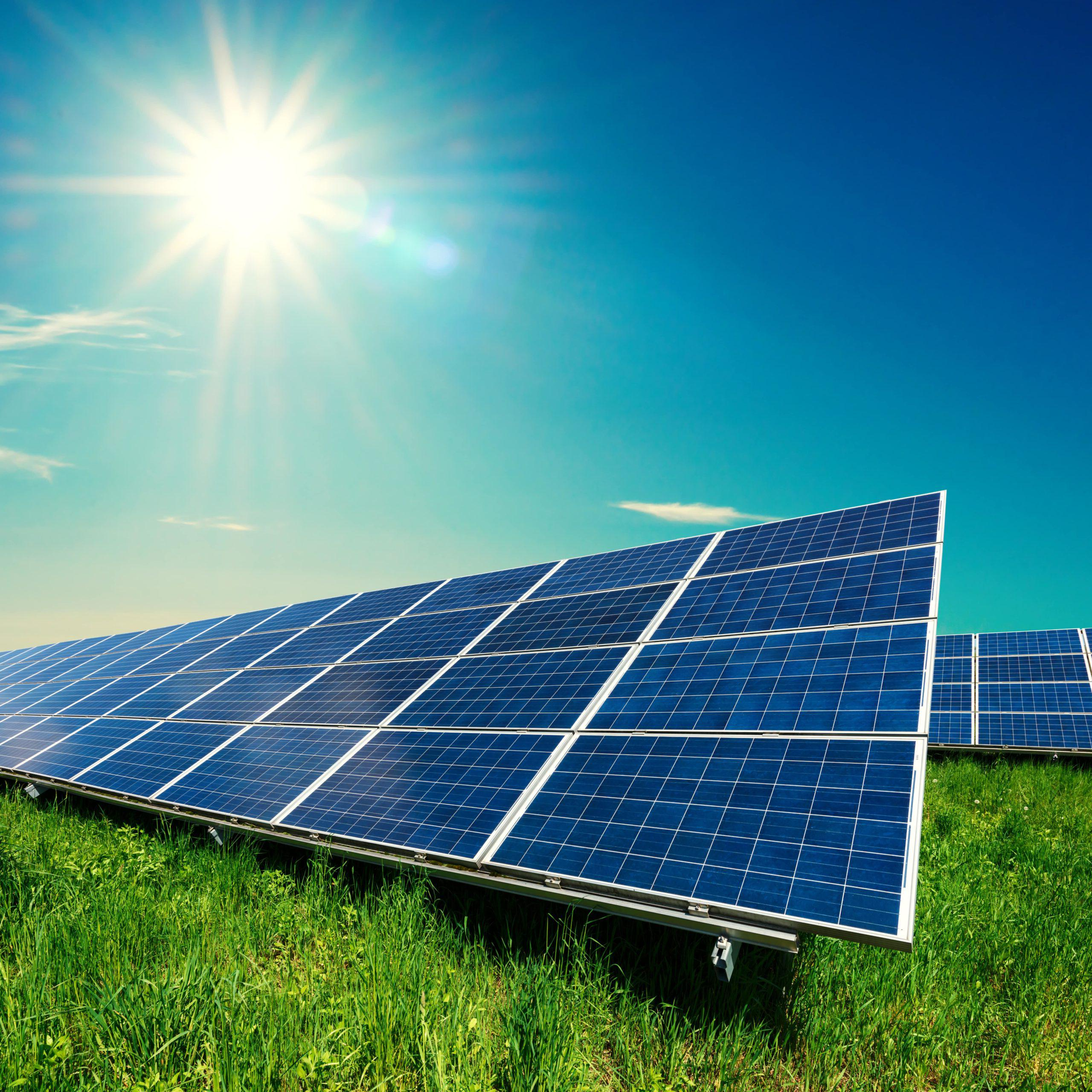 草百叶窗上的太阳能电池板_1026962548分钟