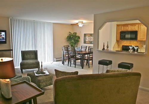 宾夕法尼亚州诺里斯敦450套绿色bbin的厨房、用餐区和客厅