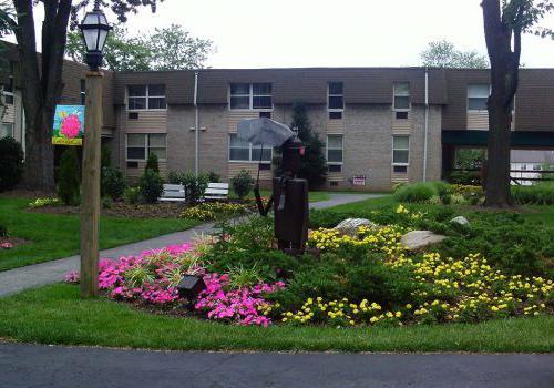 宾夕法尼亚州诺里斯敦450套绿色bbin外的粉红色和黄色花朵花园