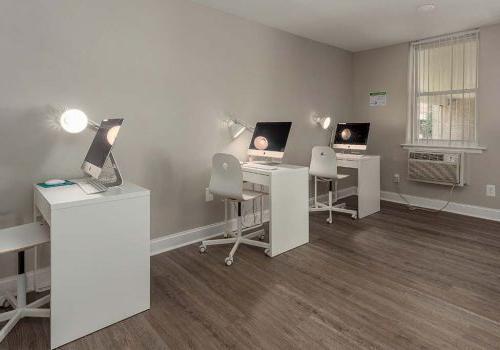 在宾夕法尼亚州诺里斯敦的450套格林bbin里,有电脑和椅子的工作站正在出租