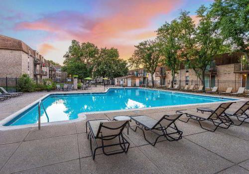 在450绿色bbin出租的室外游泳池,有躺椅和雨伞,有美丽的日落