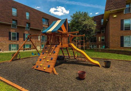 有黄色滑梯的游乐场在费城东北部7400套罗斯福bbin附近出租