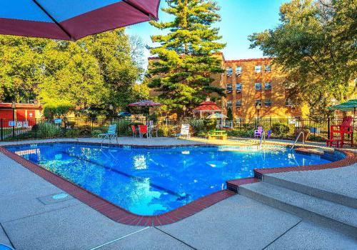 户外游泳池,躺椅和伞在布罗姆利房子bbin出租