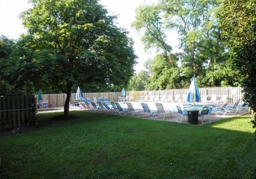 Chelbourne广场bbin室外游泳池的外景,配有躺椅和雨伞