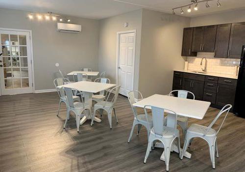 Stanbridge十字路口的bbin快速厅厨房有两张桌椅出租
