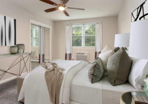 埃尔金斯公园露台bbin一间带床和开放窗户的卧室,可供出租