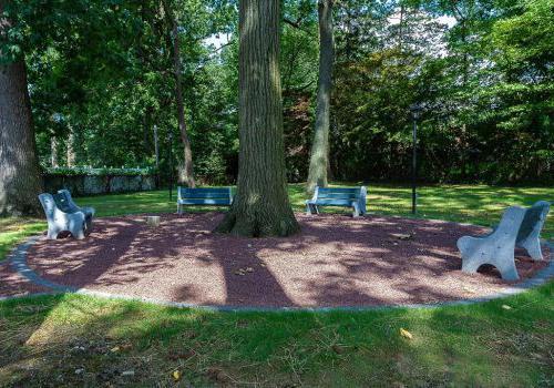 Eola公园的户外长椅区周围的树,宾夕法尼亚州费城出租bbin