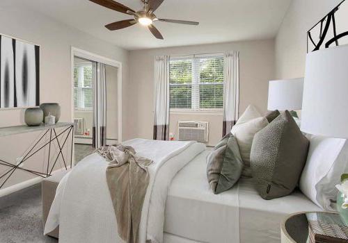 山花园(花园的 .)的床上有吊扇和一扇敞开的窗户. 通风bbin出租