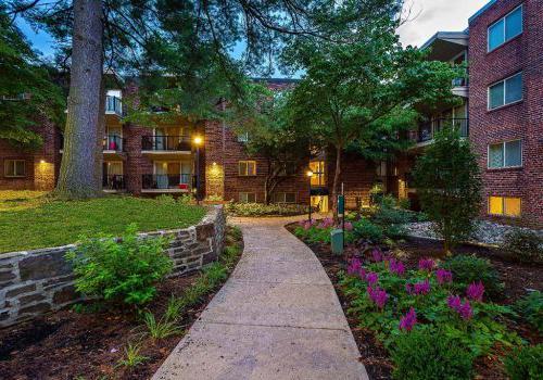 紫花环绕的住宅建筑入口在Haverford法院bbin出租