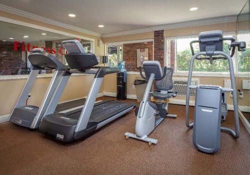 在费城的Haverford法院bbin出租的健身中心,有四台健身器械, PA