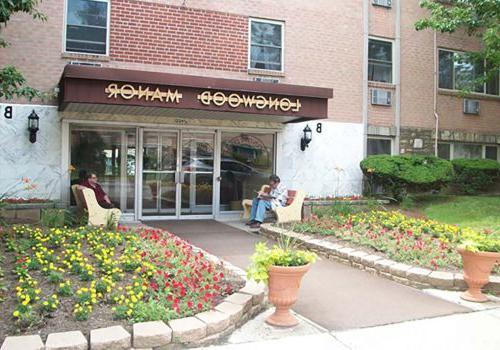 在宾夕法尼亚州费城,两名男子坐在朗伍德庄园bbin的入口处