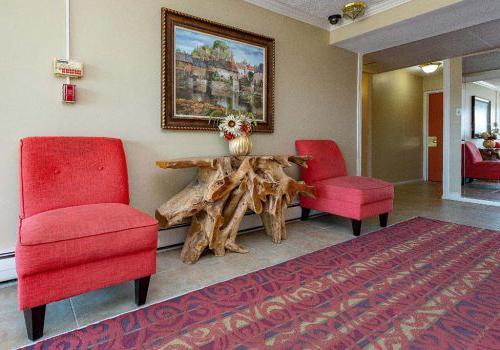 在宾夕法尼亚州费城出租的洛伍德庄园bbin,大厅里有两把红椅子和一幅画