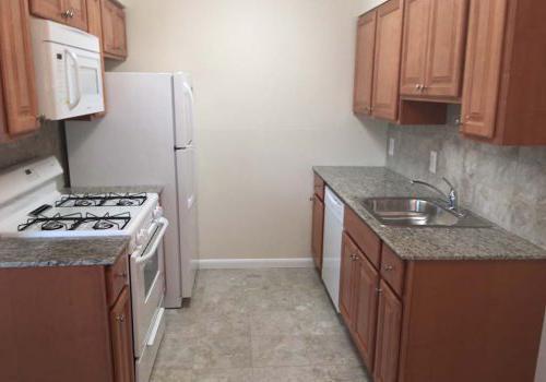 朗伍德庄园bbin出租,厨房配有白色家电和棕色橱柜