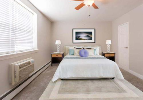 太通风的地方bbin在费城出租,家具齐全,带有吊扇和敞开的窗户, PA