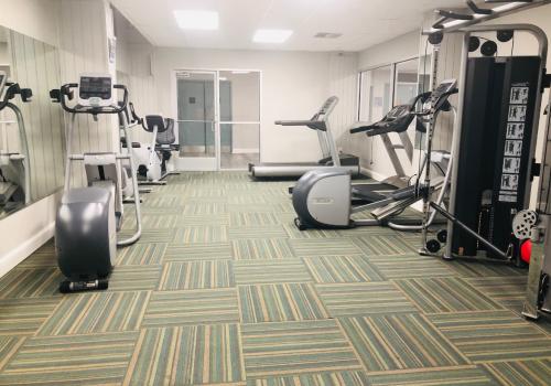 一个设备齐全的健身房在学术套房的锻炼设备和重量