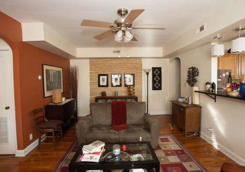 客厅里有沙发, table, 在塞奇威克花园出租的bbin里,椅子可以看到厨房的景色