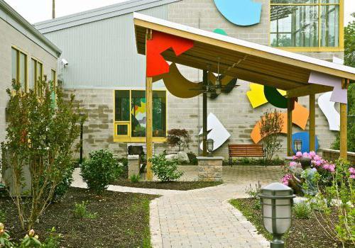 宾夕法尼亚州费城帕克公园的飞地(Enclaves),带有露台的多年生花园