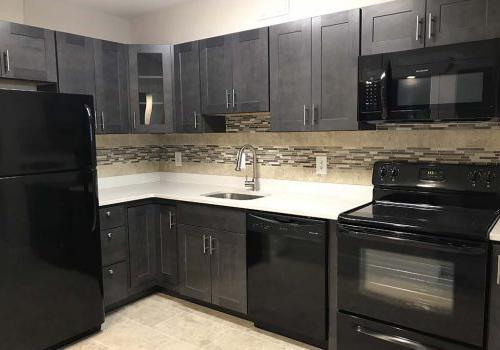 位于宾夕法尼亚州沃灵顿的威斯敏斯特公园bbin出租,厨房里有黑色家电