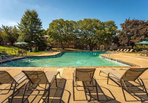 沃灵顿十字路口bbin出租室外游泳池,配有躺椅和雨伞
