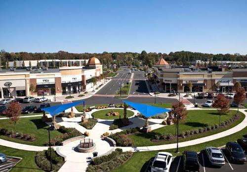沃灵顿交叉bbin附近的购物中心的外部视图,在沃灵顿,宾夕法尼亚州