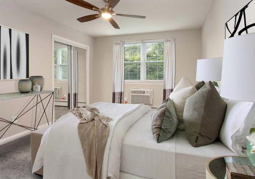 位于杰斐逊维尔的Westgate Armsbbin,有一间家具齐全的卧室,配有吊扇和敞开的窗户, PA