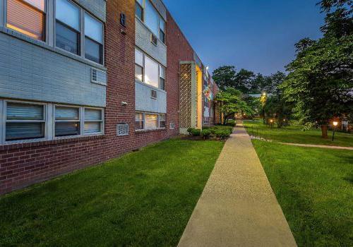在宾夕法尼亚州费城,柳树弯bbin出租通往住宅砖房的人行道
