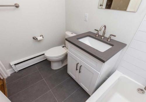 西山塞奇威克露台bbin的浴室与地铁瓷砖更新. 艾里,费城,宾夕法尼亚州