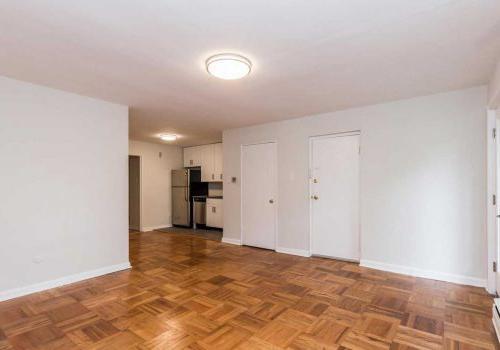 西山塞奇威克露台bbin,开放概念客厅/餐厅,配有硬木地板. 艾里,费城,宾夕法尼亚州
