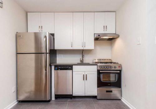 更新的厨房配备不锈钢器具, 光滑的瓷砖工作, 以及塞奇威克露台bbin出租的白色摇酒器橱柜